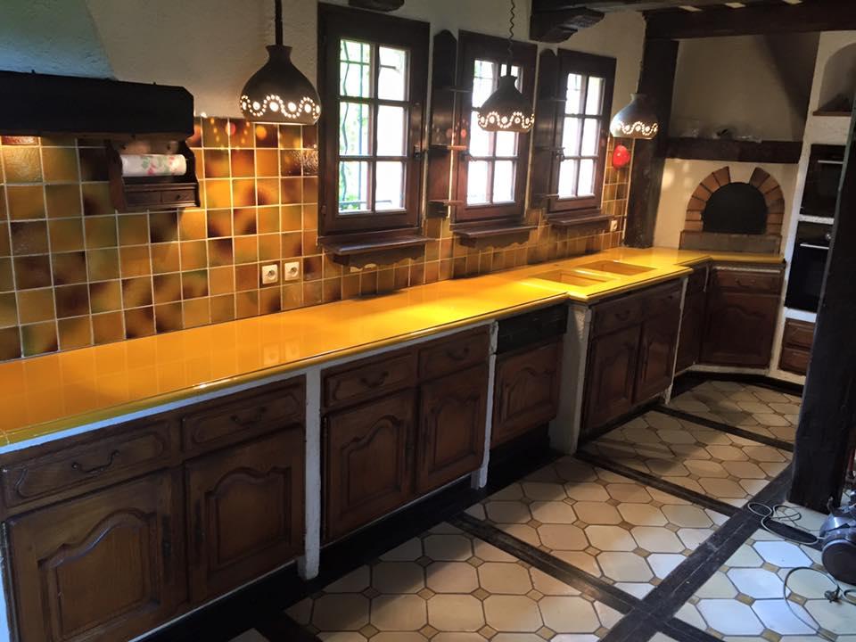 Cuisine en pierre de lave maill e bords bec de corbin - Cuisine couleur miel ...