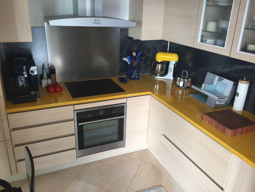 cuisine en pierre de lave maill e couleur tournesol marseille pierre richard. Black Bedroom Furniture Sets. Home Design Ideas