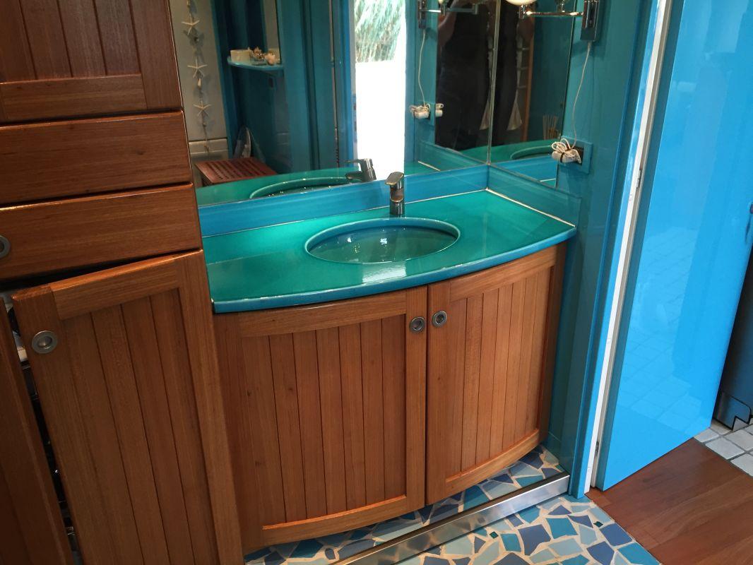 vasque en gres plan vasque en lave émaillée couleur turquoise avec vasque en grès collée  par dessous ...