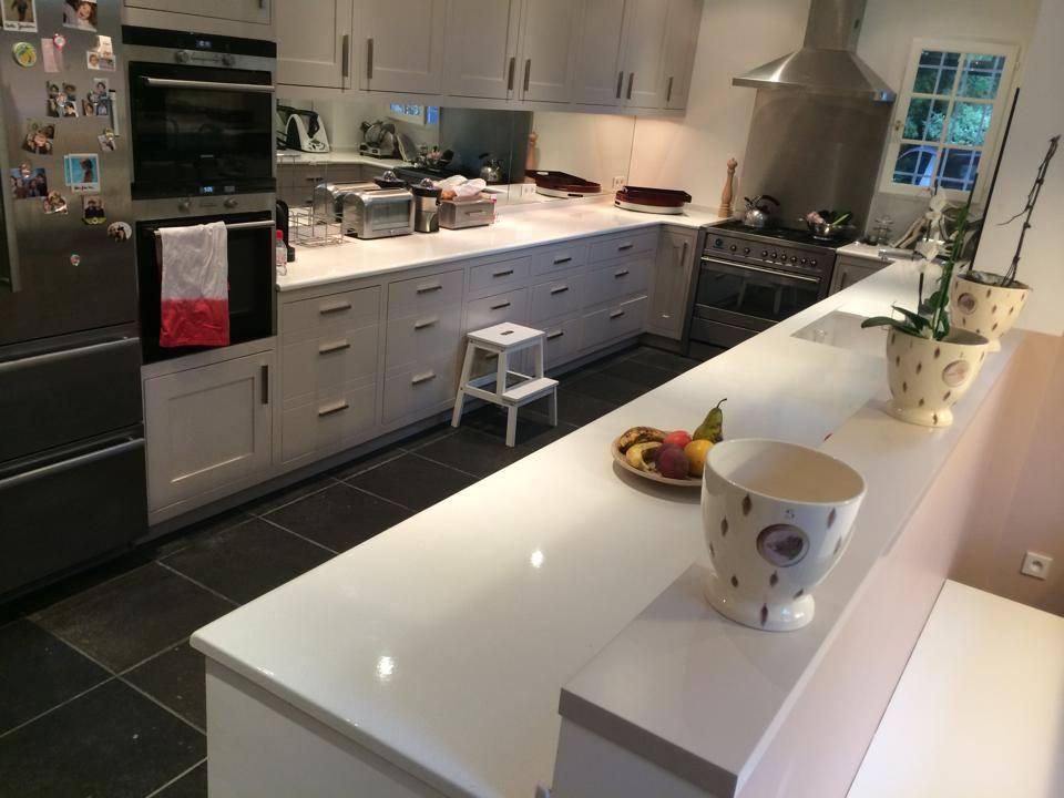 cuisine en pierre de lave maill e couleur coquille d 39 oeuf. Black Bedroom Furniture Sets. Home Design Ideas