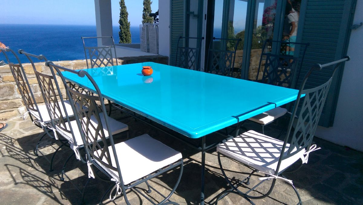 table rectangulaire en pierre de lave maill e couleur bleu de chine en terrasse en gr ce. Black Bedroom Furniture Sets. Home Design Ideas