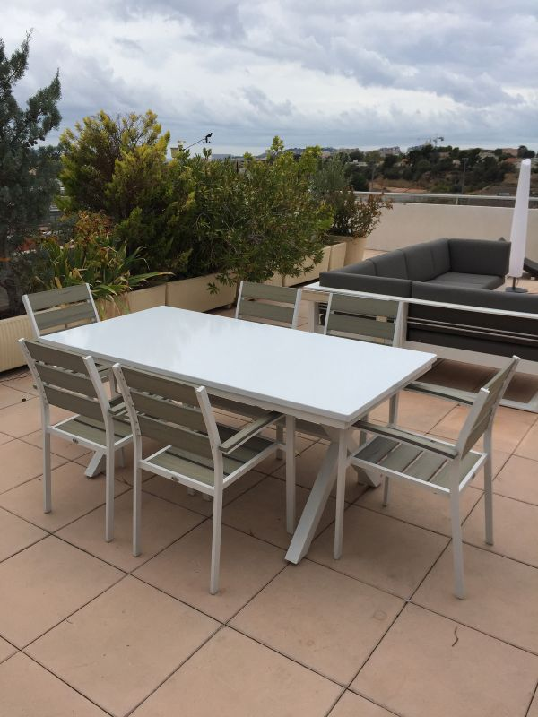 table en pierre de lave maill e couleur blanche sur une terrasse marseille pierre richard. Black Bedroom Furniture Sets. Home Design Ideas